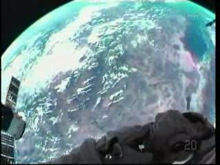 Mike Fossum wykonuje zdjęcia do dokumentacji / Credits: NASA TV