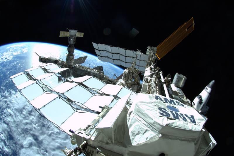 Zdjęcie wykonane w dniu wczorajszym przez jednego ze spacerowiczów. Ujęcie na Stację ISS jest o tyle wyróżniające się, iż zostało wykonane przy pomocy obiektywu typu rybie oko. Na pierwszym planie widoczny jest orbitalny odpowiednik Wielkiego Zderzacza Hadronów - AMS-02 (Alpha Magnetic Spectrometer). Po lewej widoczna rosyjska część ISS, a po prawej amerykańska z przycumowanym wahadłowcem Atlantis / Credits: NASA