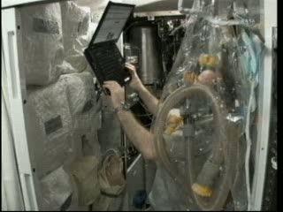 Prace wewnątrz Node 3 - Flight Day 6 / Credits - NASA TV