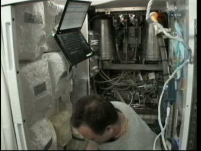 Ron Garan pracujący przy WHS / Credits: NASA TV