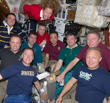 Załoga misji STS-135 oraz Ekspedycji 28. na ISS wspólnie pozuje do zdjęcia (14.07.2011) / Credits - NASA