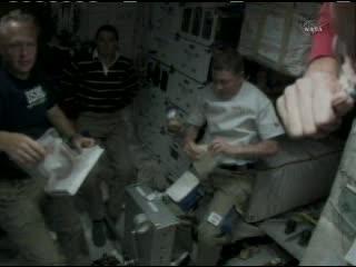 Przygotowania do posiłku na dolnym pokładzie promu / Credits - NASA TV