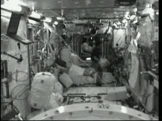 17:43 CEST - wewnątrz modułu Kibo. Widać poszczególne torby transportowe, w trakcie przygotowywania do transferu. / Credits - NASA TV