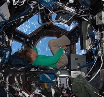 Sandra Magnus wewnątrz modułu Cupola. Zdjęcie z Flight Day 9. / Credits - NASA