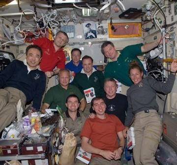 Załogi STS-135 i Ekspedycji 28. na ISS - zdjęcie z 16 lipca 2011 / Credits - NASA