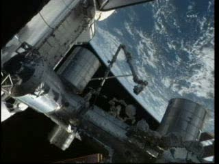 19:40 CEST - widok z pokładu ISS na prom Atlantis i Ziemię w tle / Credits - NASA TV