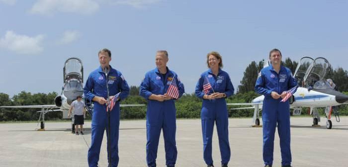 Załoga misji STS-135 kilka chwil po wylądowaniu na pasie SLF (Shuttle Landing Facility) / Credits: NASA/Kim Shiflett