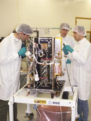 Montaż generatorów w Proba-2 / Credits: TNO