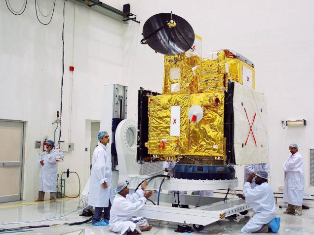 OceanSat-2 przed startem, w czasie testów i prac montażowych (Fot. ISRO)
