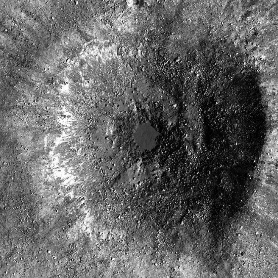 Młody krater opisywany w tym artykule / Credits - NASA/GSFC/Arizona State University