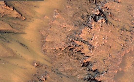 Sezonowe zmiany wewnątrz krateru Newton - zdjęcie 1 / Credits - NASA/JPL-Caltech/Univ. of Arizona