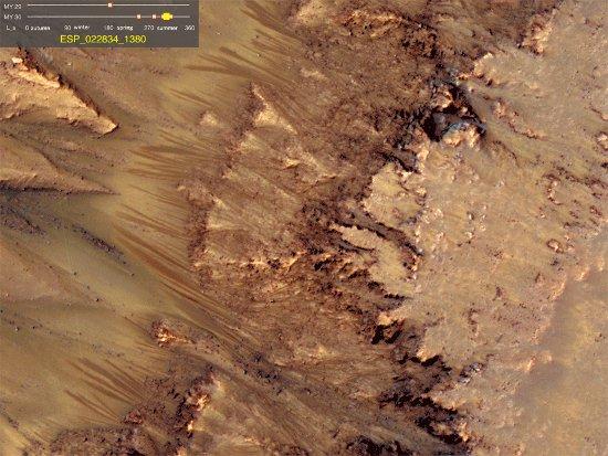 Sezonowe zmiany wewnątrz krateru Newton - zdjęcie 2. Na tym zdjęciu widać wyraźnie wypływy ze żlebów.  / Credits - NASA/JPL-Caltech/Univ. of Arizona
