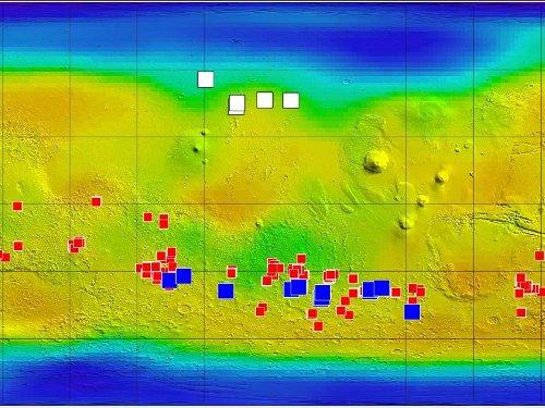 Miejsca zaobserwowanych żlebów - kolor niebieski są położone w rejonie, gdzie zarejestrowano pokłady soli (kolor czerwony). Kolorem białym oznaczono wodę w postaci lodu, wykrytą w młodych kraterach - na północ od równika / Credits - NASA/JPL-Caltech/ASU/UA/LANL/MSSS