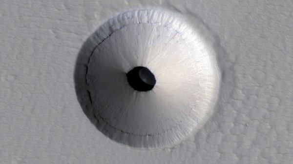 Krater, który wybił sklepienie tunelu lawowego okiem instrumentu HiRISE / Credits - NASA/JPL/University of Arizona