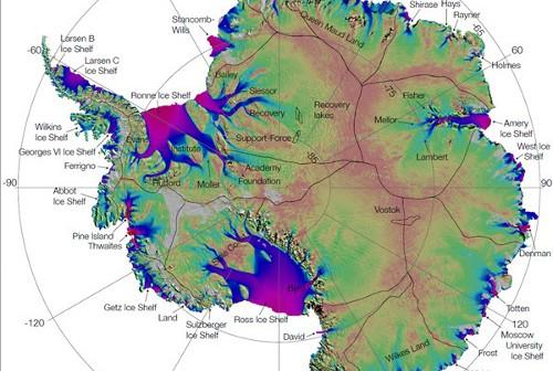 Mapa przedstawia rozkład lodowych strumieni pod powierzchnią lądolodu na kontynencie antarktycznym. Im kolory bliższe fioletowi i czerwieni, tym masy lodowe przemieszczają się szybciej, osiągając prędkości setek metrów rocznie! Na mapie widać, że spływami lodu objęta jest przede wszystkim zachodnia część Antarktydy. Czarne linie oddzielają główne połacie lądolodu. Mniejsze, zamknięte obrysy wskazują położenie podlodowych jezior. Credits: NASA/JPL-Caltech/UCI