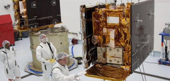 Sondy GRAIL w trakcie montażu na adapterze / Credits: NASA-KSC