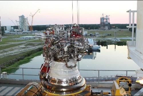 Silnik J-2X w Stennis Space Center w oczekiwaniu na testy. Credits: NASA/SSC