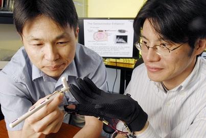 Testowanie rękawicy / Credits: Georgia Tech/Gary Meek