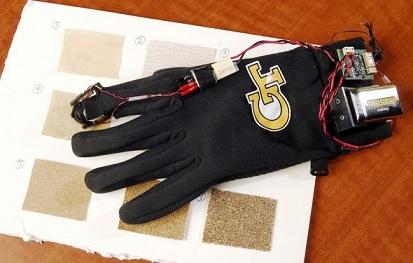 Rękawica wraz z papierem ściernym używanym do testów / Credits: Georgia Tech/Gary Meek
