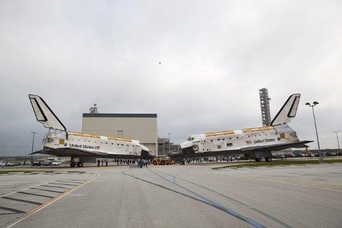Spotkanie obu promów w procesie wycofywania ze służby - 11 sierpnia 2011 / Credits - NASA