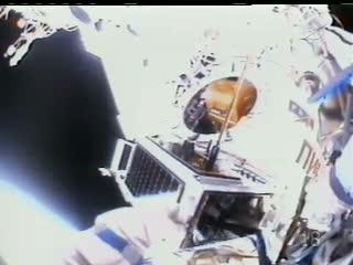 ARISSat-1 trzymany przez kosmonautę, w tle wejście do śluzy Pirs / Credits: NASA TV
