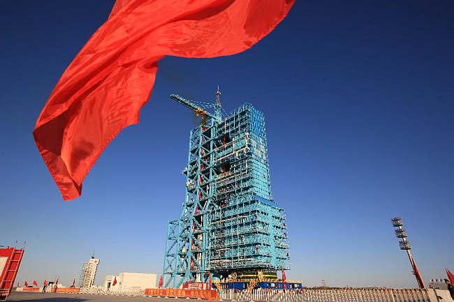 CZ-2F T1 przygotowywana do startu na wyrzutni SLS-1 (Xinhua/Wang Jianmin)