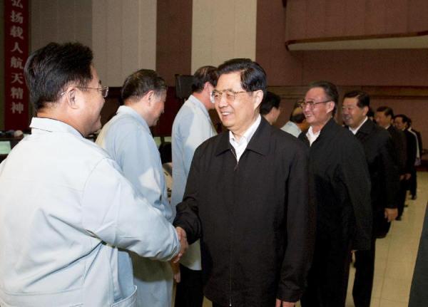 Prezydent Hu Jintao oraz inni wysocy przedstawiciele władz chińskich gratulują sukcesu specjalistom, dzięki którym misja stała się rzeczywistością (Xinhua/Li Xueren)