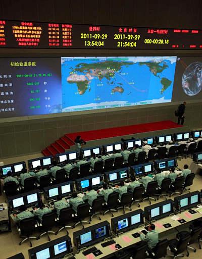 Specjaliści nadzorujący lot w Centrum Kontroli Lotu w Pekinie (Xinhua/Wang Yongzhuo)