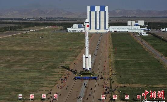 Rakieta Długi Marsz 2F wraz z modułem Tiangong-1 wytaczana na stanowisko startowe / Credits: chinanews.com