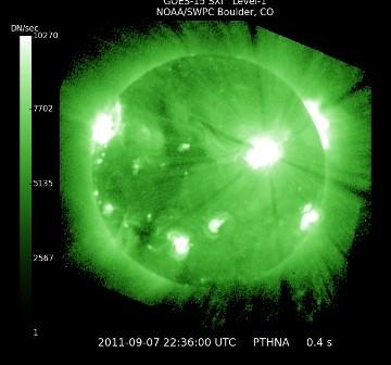 00:36 CEST - dwie minuty przed maksimum rozbłysku / Credits - NASA, NOAA/SWPC Boulder