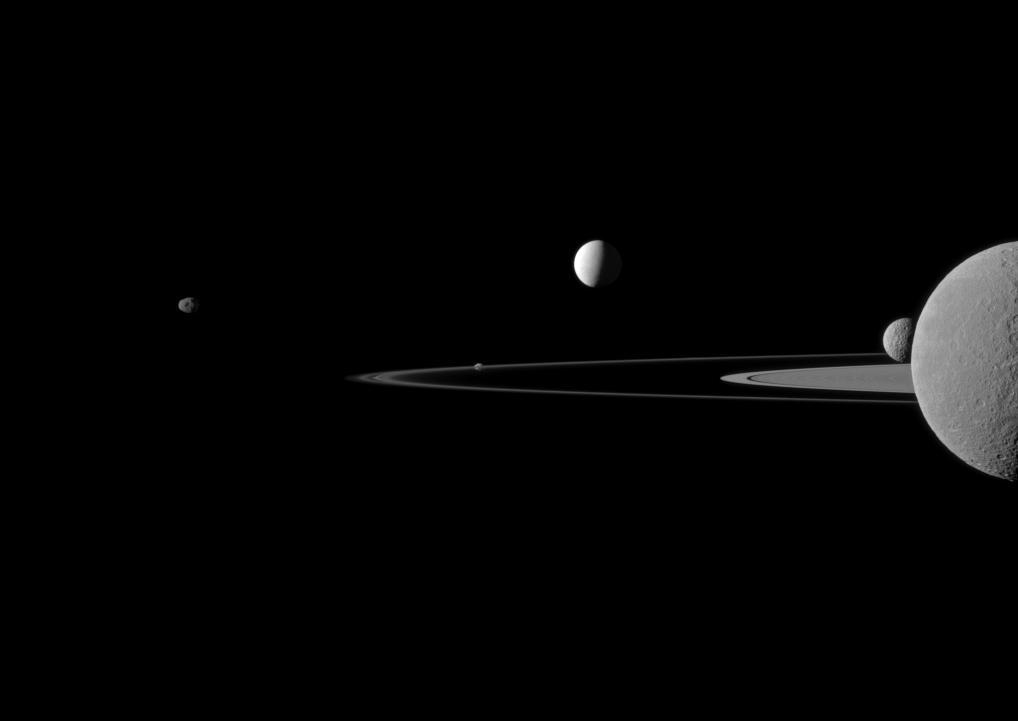 Kwintet Saturna sfotografowany przez sondę Cassini / Credits: NASA