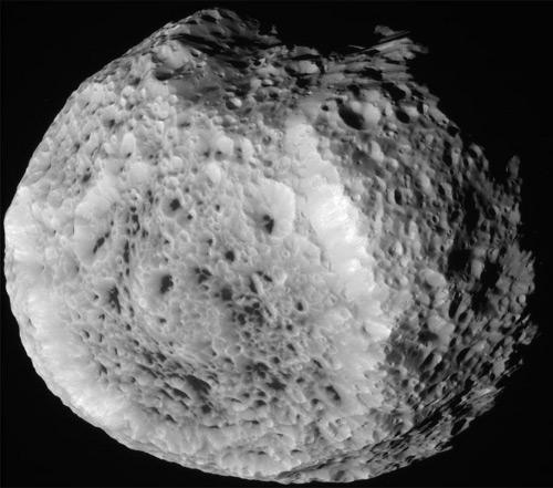 Cassini wykonał powyższe zdjęcie Hyperiona 25 sierpnia 2011 roku. W oczy rzuca się nieregularna i usiana kraterami powierzchnia małego księżyca. Credits: NASA/JPL