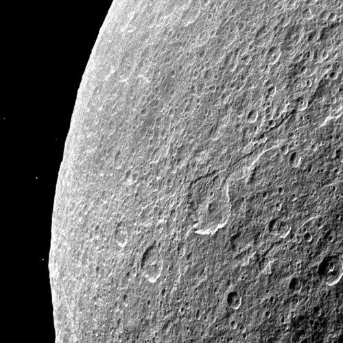 Zdjęcie ciemnej strony Rei rozświetlonej przez odbite od Saturna światło słoneczne. Sonda Cassini wykonała je 1 sierpnia 2011 roku. Credits: NASA/JPL