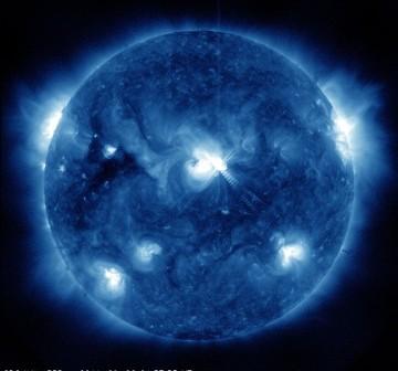 Szósty września 2011 - siedem minut po fazie maksymalnej rozbłysku (środek tarczy Słońca) / Credits - NASA, SDO