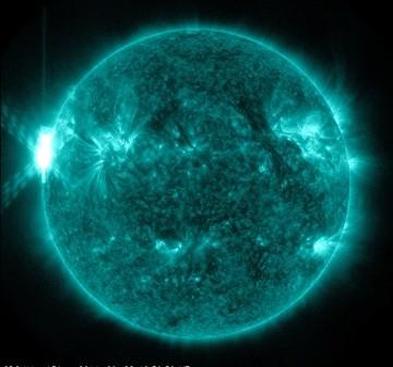 Godzina 13:00 CEST - rozbłysk klasy X1.5 / Credits - NASA, SDO