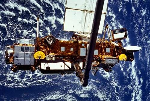 Satelita UARS na orbicie okołoziemskiej, tuż przed swoim uwolnieniem w 1991 roku (NASA)