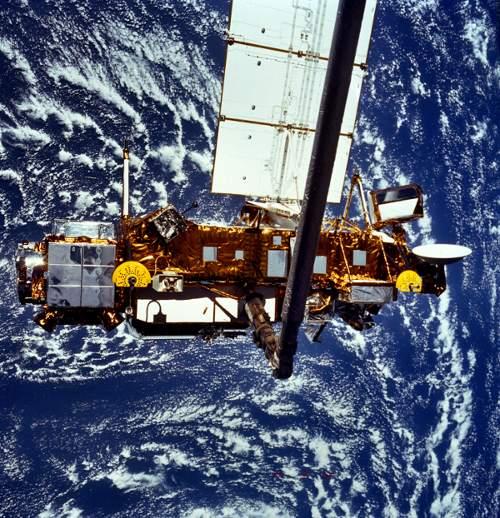 UARS w 1991 roku, tuż przed uwolnieniem w trakcie misji STS-48 / Credits - NASA