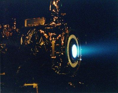 Silnik jonowy NSTAR sondy Deep Space 1 podczas testów. Jego moc wynosiła zaledwie 2,3 kW / Credits: NASA