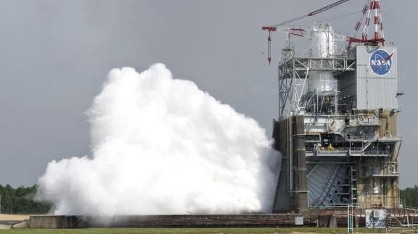 40-sekundowy test silnika rakietowego J-2X na hamowni w Centrum Kosmicznym im. Johna Stennisa (NASA/SSC)