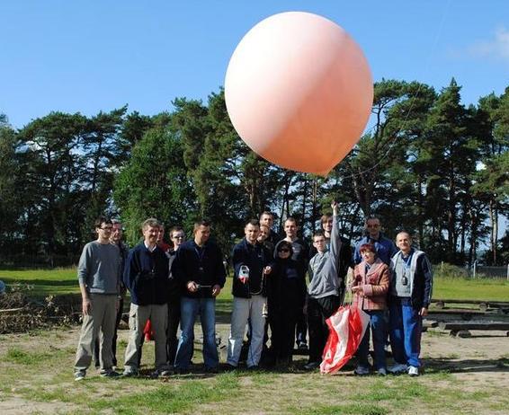 Zespół programu lotów Copernicus przed uwolnieniem balonu CP15 (Marta Bożenda)