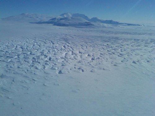 Widok na Antarktydę z pokładu samolotu. Oceaniczne planety mogą zamarzać szybciej od pustynnych odpowiedników. / Credits - NASA