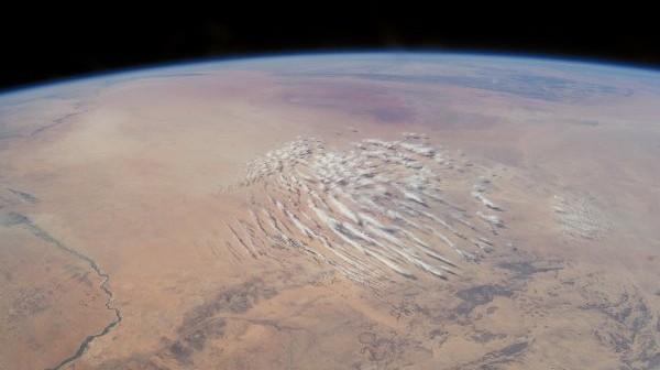 Widok na pustynię z orbity. We Wszechświecie może znajdować się sporo planet zdatnych do życia, będących w większości pustynnymi światami. / Credits - NASA