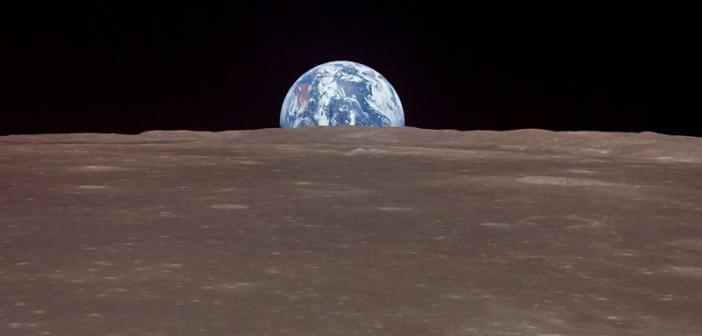 Wschód Ziemi ponad powierzchnią Księżyca, widoczny z pokładu pojazdu Apollo 11 (NASA)