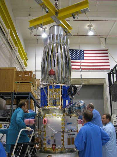 Montaż satelity TacSat-4 w Laboratorium Badawczym Marynarki Wojennej USA (Donna McKinney, US Naval Research Lab)