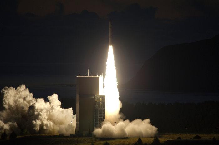 Rakieta Minotaur IV+ opuszcza wyrzutnię startową na wyspie Kodiak, wynosząc satelitę TacSat 4 (John F. Williams/US Navy)
