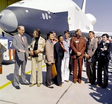 17 września 1976 roku - prezentacja promu Enterprise z aktorami seriali Star Trek i ówczesnym administratorem NASA (pierwszy po lewej) / Credits - NASA