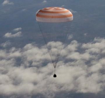 Opadająca na spadochronie kapsuła Sojuz / Credits: http://gctc.ru