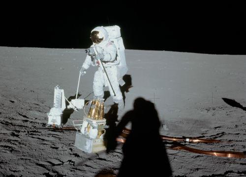 Alan Bean pracujący przy rozkładaniu zestawu instrumentów ALSEP (NASA)