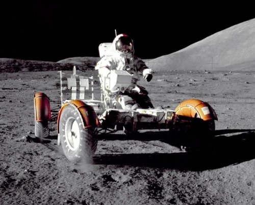Eugene Cernan testujący łazik LRV na początku pierwszego spaceru na powierzchni Księżyca (NASA)