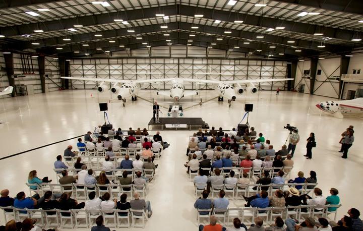 Uroczystość otwarcia hangaru FAITH – miejsca przyszłej budowy samolotów kosmicznych (wrzesień 2011 r.) / Źródło: Virgin Galactic